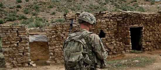 Un escroc prétendant être un soldat de l'armée américaine.